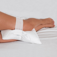 Almohada para piernas con banda de fijación