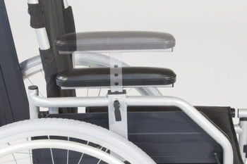 Silla de ruedas con reposabrazos elevables